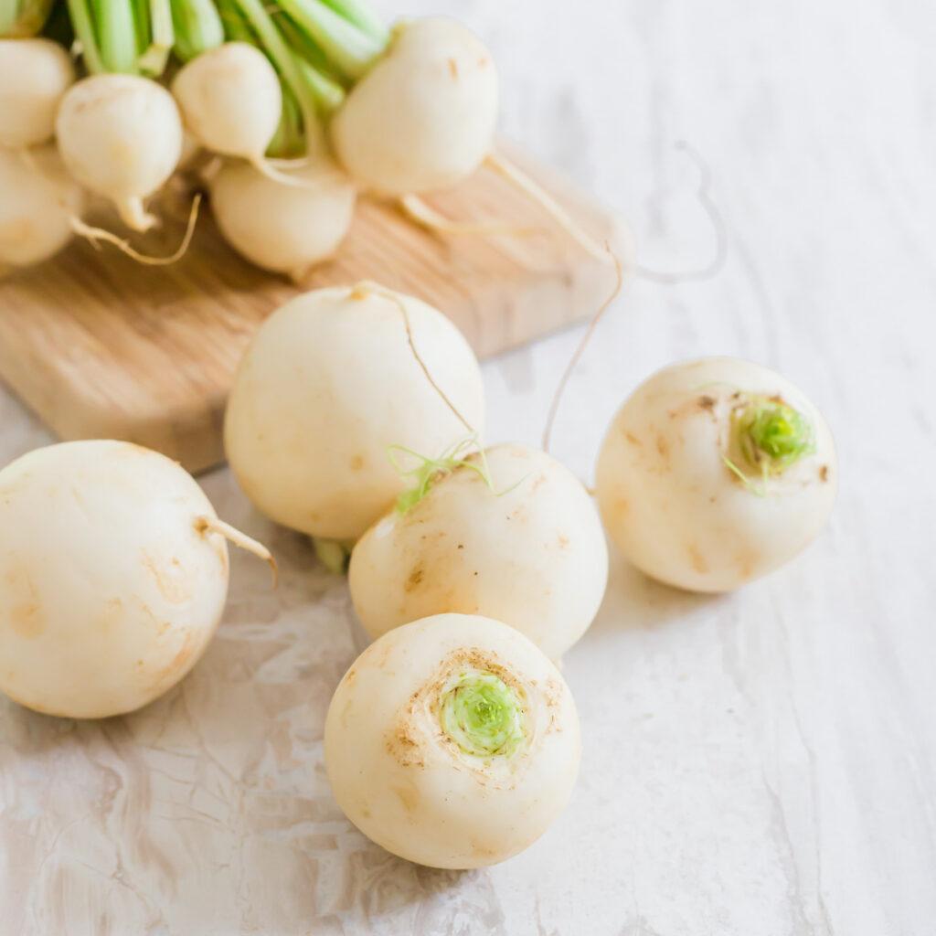 Loose raw white turnips.